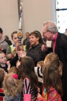 Archibīskaps Elmārs Ernsts Rozītis ar Bostonas latviešu skolas bērniem. Foto: Edija Banka-Demandta