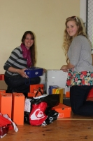 Kristīne Ģiga un Anna Inveiss meklē piemērotus izmērus mūsu rezerves kastēs