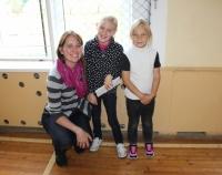 Kristīne Ģiga ar meitenēm Kazdangā
