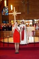 Archibīskapes Laumas Zušēvicas meita Kaija procesijā iznes krustu. Foto: Edvīns Erkmanis