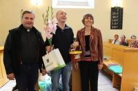 Augstkalnes mācītājs Guntars Lūsītis un draudzes vadība mums uzdāvina Tērvetes medu