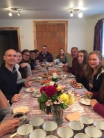 Brokastis Aizputes draudzes namā kopā ar mācītāju Vari Bitenieku